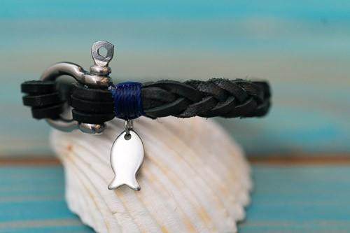 """Schwarzer """"Fishbone, 2 mm, in schwarz mit blauem Abschlusstakling und Fischanhänger"""