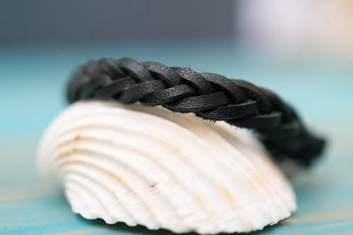 """Schwarzer """"Fishbone"""", 2 mm, in schwarz von hinten"""