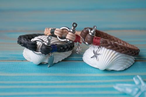 """""""Fishbone"""", 2 mm, in schwarz, beige, braun, mit verschiedenen Anhängern (Fisch, Kleeblatt und Seestern)"""